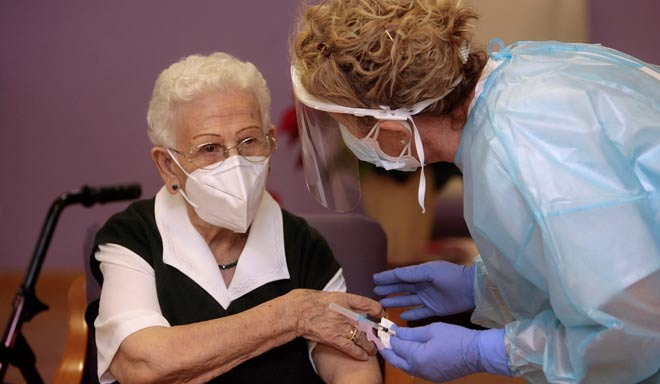 La vacunación contra la COVID 19 en España comenzó este domingo 27 de diciembre en una residencia de Guadalajara